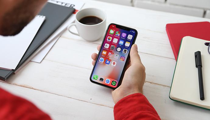 Existem prazos para expedir uma multa por usar o celular?